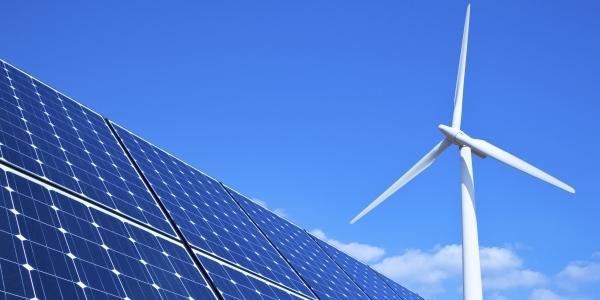 Das Bild zeigt eine Photovoltaikanlage und ein Windrad.