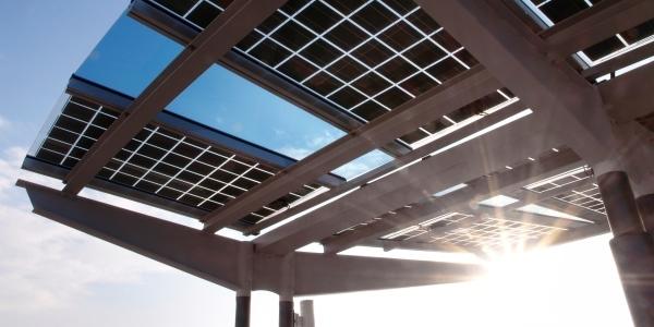 Das Bild zeigt eine Photovoltaikanlage von unten.