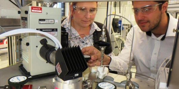 Das Bild zeigt Jennifer Strunk mit einem Kollegen beim Experimentieren.