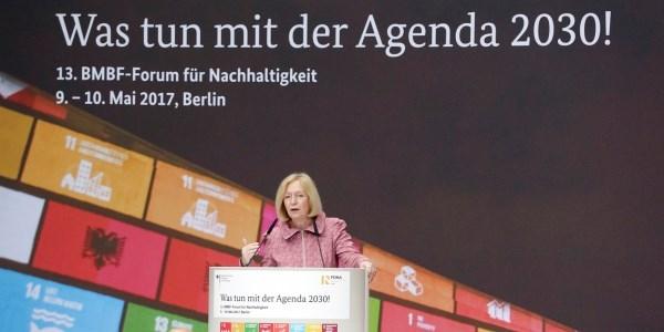 Das Bild zeigt Johanna Wanka, Bundesministerin für Bildung und Forschung, bei der Eröffnung des 13. BMBF-Forum für Nachhaltigkeit
