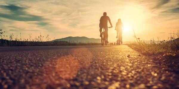 Das Bild zeigt zwei Radfahrer.