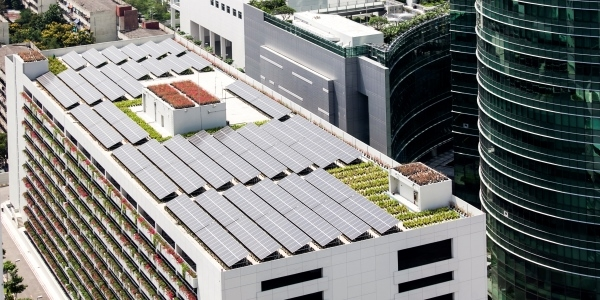 Das Bild zeigt ein Haus mit Photovoltaik-Anlage auf dem Dach.