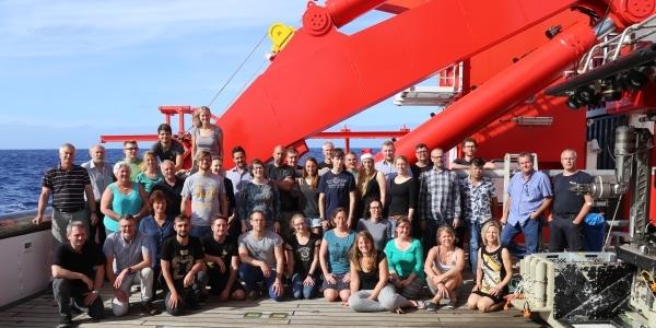 Das Bild zeigt die Mannschaft der Expedition SO253 auf dem Forschungsschiff Sonne.
