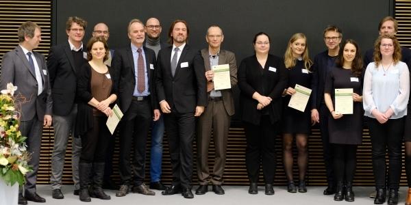 Das Bild zeigt die Preisträger des Ideenwettbewerbs auf der Preisverleihung.