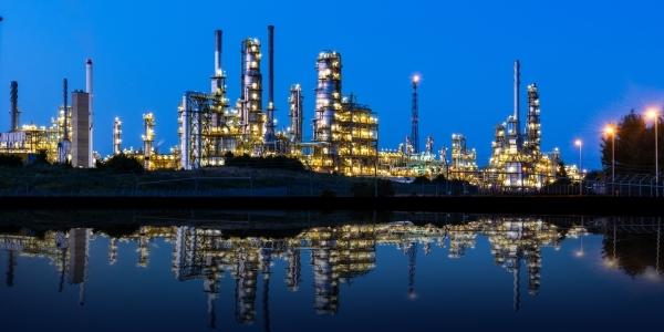 Das Bild zeigt eine Petrochemie-Anlage.