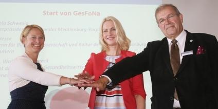 Ministerpräsidentin Manuela Schwesig (m.), Wissenschaftsministerin Birgit Hesse (l.) und der Präsident des Kuratoriums für Gesundheitswirtschaft des Landes Mecklenburg-Vorpommern, Prof. Wolfgang Schareck (r.)