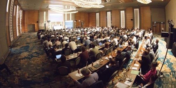 Das Bild zeigt die Konferenz.