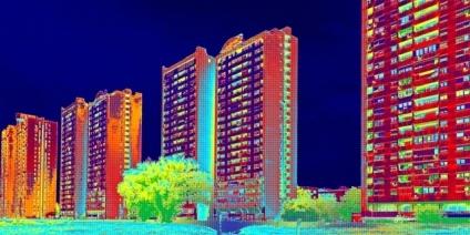 Es ist das Wärmebild eines Gebäudes zu sehen.