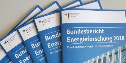 Das Bild zeigt mehrere gedruckte Exemplare des Bundesberichts Energieforschung.