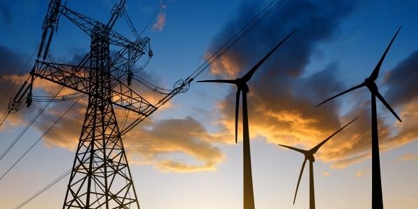 Das Bild zeigt ein Stromnetz und drei Windanalagen.
