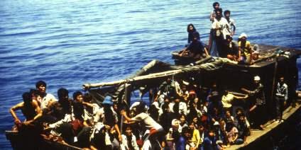 Das Bild zeigt die vietnamesischen Boatpeople, die 1988 vom Forschungsschiff SONNE aus dem Südchinesischen Meer gerettet wurden.