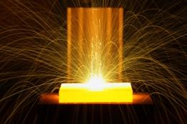 Das Bild zeigt den Einblick in eine Elektronenstrahlkammer.