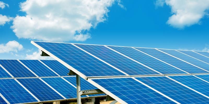 Das Bild zeigt Photovoltaik-Module und Windräder.