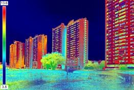 Das Bild zeigt ein thermisches Bild einer Wohnsiedlung.