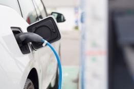 Das Bild zeigt eine Ladestation für Elektroautos.
